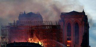 Katedral Notre-Dame yang Bersejarah di Paris Dilalap Api.