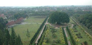 Alun-alun Lumajang menjadi tempat bagi warga di kawasan itu untuk ngabuburit sembari menikmati keindahan alam dan berbagai macam fasilitas yang menarik.