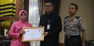 Gugur saat Pengamanan Pemilu, Mendagri Beri Penghargaan Bagi 22 Anggota Polri.