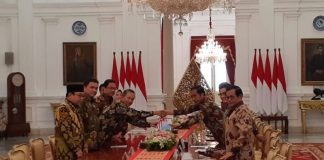 Presiden Joko Widodo menerima Ikhtisar Hasil Pemeriksaan Semester (IHPS) I Tahun 2018 dari Ketua Badan Pemeriksa Keuangan (BPK) Moermahadi Soerja Djanegara di Istana Negara, Jakarta.