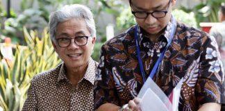Kepala SKK Migas Dwi Soetjipto (kiri) berjalan memasuki Gedung KPK, Jakarta