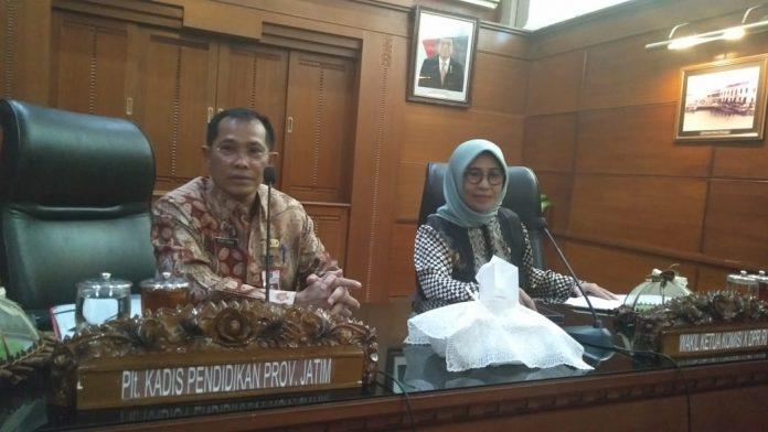 Plt Kadis Pendidikan Jatim saat menerima kunjungan Komisi X DPR RI di Kantor Gubernur Jatim Jl Pahlawan Surabaya, Kamis (27/6). Foto: Riko