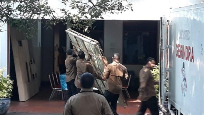 Prabowo Hadiahkan Lukisan Bung Karno Naik Kuda kepada Megawati.