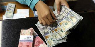 Ilustrasi uang Rupiah dan Dolar AS.