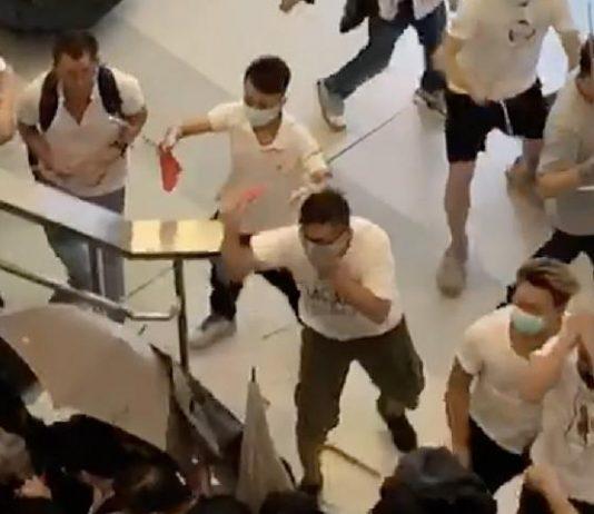 Sekelompok lelaki berpakaian putih menyerang penumpang di stasiun kereta Yuen Long, Hong Kong.