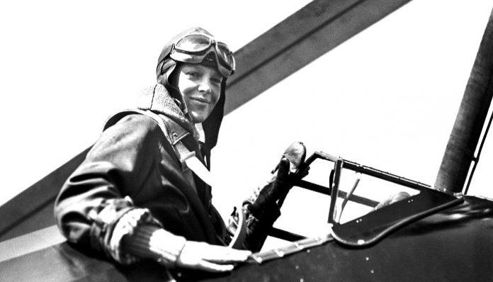 Amelia Mary Earhart adalah seorang wanita yang dikenal sebagai pelopor penerbangan.