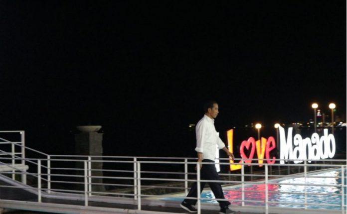 Presiden Jokowi mengunjungi warga di Pulau Bunaken, Teluk Manado, Sulawesi Utara.