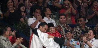 Jokowi dan Prabowo Berpelukan.