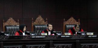 Sengketa dua caleg Partai Golkar untuk memperebutkan kursi DPR memakan korban Ketua Komisi Pemilihan Umum Sumatra Utara Yulhasni.