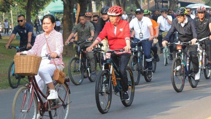Jokowi Bersepeda di Sekitar Candi Borobudur.
