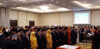 Para anggota DPRD Kabupaten Bandung Barat (KBB) terpilih periode 2019-2024 saat membacakan sumpah jabatan di Hotel Mason Pine, Kecamatan Padalarang, Kabupaten Bandung Barat, Senin (26/8).