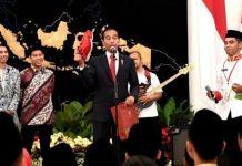 Jokowi Berikan Koleksi Sepatunya kepada Anggota Gita Bahana Nusantara.
