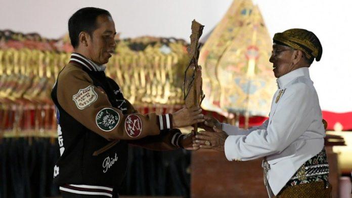 Presiden Joko Widodo di Sela-Sela Pertunjukan Wayang Kulit.