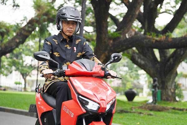 Presiden Jokowi Test Drive Motor Listrik Gesits.