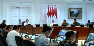 Presiden Joko Widodo beserta jajaran terkait menggelar rapat terbatas (ratas).