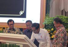 Presiden Jokowi saat meresmikan Pengoperasian Ring Palapa, di Istana Negara.