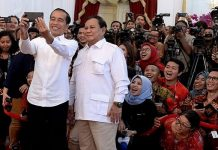 Presiden Joko Widodo dan Ketua Umum Gerindra Prabowo Subianto berswafoto di Istana Negara.