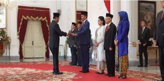 Presiden Joko Widodo atauJokowi menyerahkan surat petikan keputusan presiden kepada 38 menteri dan lembaga negara.