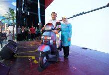 Jusuf Kalla dan Mufida Kalla berfoto dengan Vespa berpelat nomor UCU-IDA dalam acara perpisahan JK sebagai Wakil Presiden RI.
