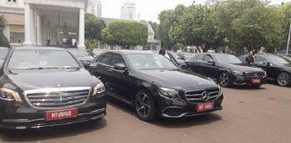 Belasan mobil Mercedes Benz atau Mercy keluaran terbaru terparkir di halaman Kompleks Istana Kepresidenan Jakarta.