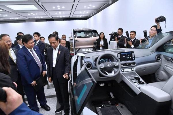 Presiden Joko Widodo (Jokowi) dan Ibu Negara Iriana meninjau langsung pabrik Hyundai Motor Company (HMC) yang terletak di Kota Ulsan, Korea Selatan.