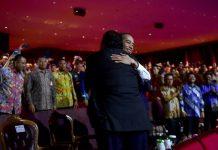Presiden Joko Widodo (Jokowi) berpelukan dan berangkulan dengan Ketua Umum Partai Nasdem Surya Paloh di Hari Ulang Tahun (HUT) ke-8 Partai Nasdem.