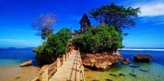Pantai Balekambang di Malang.