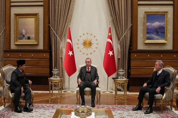 Presiden Turki Recep Tayyip Erdogan menyambut kunjungan Menteri Pertahanan (Menhan) Indonesia Prabowo Subianto di kompleks Istana Presiden.