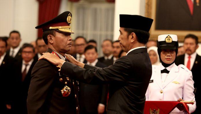 PresidenJoko Widodoatau Jokowi melantik Komisaris Jenderal Idham Azis sebagaiKapolri di Istana Negara.