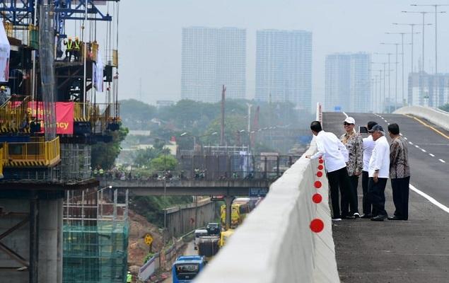 Presiden Jokowi Tinjau Pembangunan LRT Jabodebek dan Kereta Cepat Jakarta-Bandung.