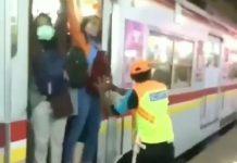 Viral, Penumpang KRL Pertahankan Posisi, Serasa di Jepang.