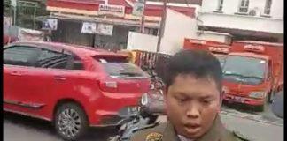 video viral di media sosial menayangkan seorang pria mencegat lalu memaksa dua anggota Banser mengucap takbir.