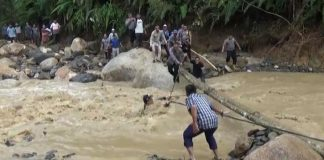 Viral Bupati Labura Jatuh ke Sungai saat Banjir Bandang.