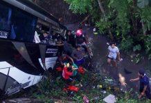 bus pariwisata rombongan Kepala Sekolah TK (Taman Kanak Kanak) se Kecamatan Kota Tulungagung terperosok ke dalam Sungai Kalilegi Kecamatan Kesamben, Kabupaten Blitar.