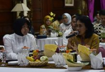Wali Kota Surabaya Tri Rismaharini dan Menteri Pemberdayaan Perempuan dan Perlindungan Anak Bintang Puspayoga.