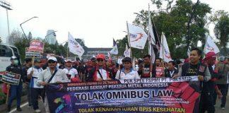 Para buruh menggelar aksi demo tolak omnibus law di depan DPR, Senayan, Jakarta.