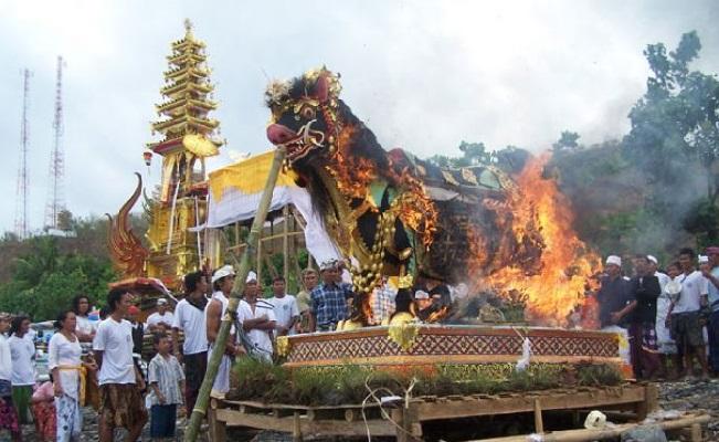Ngaben di Bali.