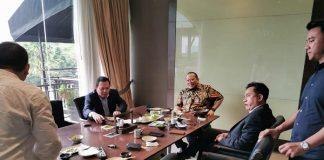 Ketua DPD RI La Nyalla Mahmud Mattalitti dan ahli tata negara Yusril Ihza Mahendra di salah satu rumah makan Jepang di Kawasan Senayan, Jakarta.