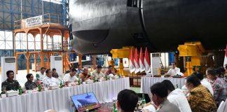 Presiden Jokowi saat memimpin rapat terbatas mengenai kebijakan pengembangan alutsista di PT PAL Indonesia, Kota Surabaya, pada Senin, 27 Januari 2020.