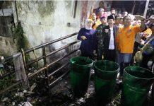 Gubernur Jatim Khofifah Indar Parawansa dan Plt Bupati Sidoarjo Nur Achmad Syaifuddin, aksi bersih-bersih Sungai Buntung di kawasan Waru-Sidoarjo.