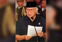 Soeharto memberlakukan larangan penerbitan 7 surat kabar.