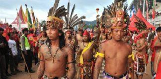 Kekerasan antar-etnis antara Dayak dan Madura pecah di Sampit, Kalimantan Tengah.