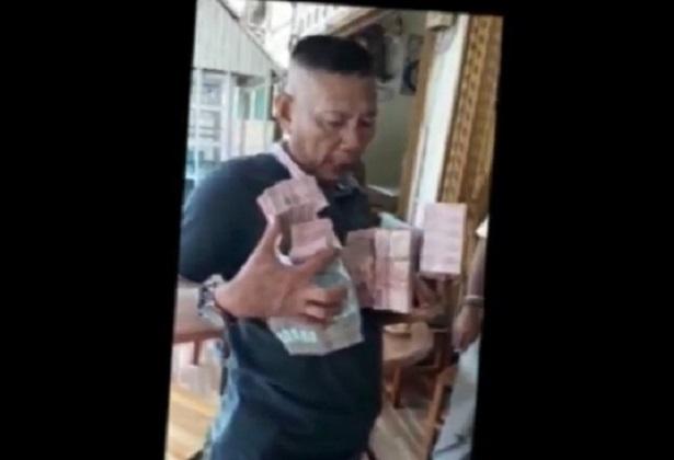 Viral, Pria Pamer Uang Ratusan Juta untuk Maju Pilkades.