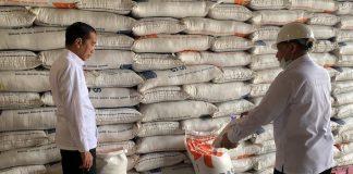 Presiden Joko Widodo (Jokowi) secara mendadak meninjau Gudang Bulog di Kelapa Gading.
