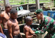 Keseruan Anak-anak Papua Mandi Bersama Prajurit Kostrad.