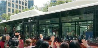 Masyarakat Wuhan Beri Penghormatan Kepulangan Tenaga Medis.
