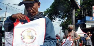 Presiden Jokowi Bagikan Langsung Sembako ke Rumah Warga di Bogor.