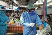 Pedagang di Pasar Cirebon Menjalani Tes Swab Massal.