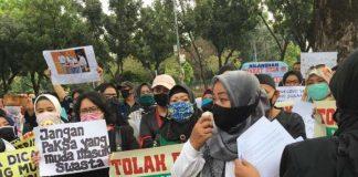 Para Wali Murid Demo Di Depan Kantor Walikota