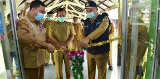 Foto Sekretaris Daerah Aceh, dr. Taqwallah. M. Kes didampingi Direktur RSUD Zainoel Abidin, Dr. dr. Azharuddin dan Kepala Dinas Kesehatan Aceh, dr. Hanif meresmikan ruang isolasi Pinere II untuk pasien Covid-19, Banda Aceh.